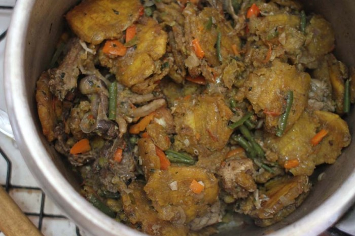 Chicken with fried plantains, green beans and carrots